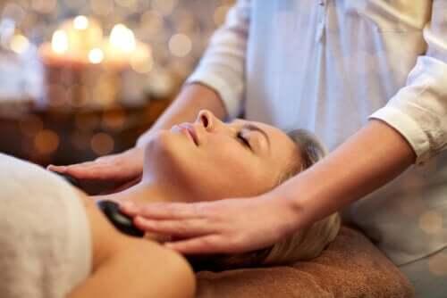 Massaggio con pietre calde: 5 benefici