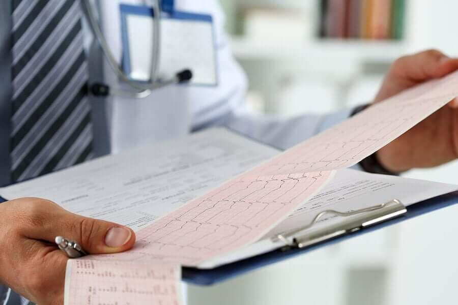 Medico analizza studio cardiaco.