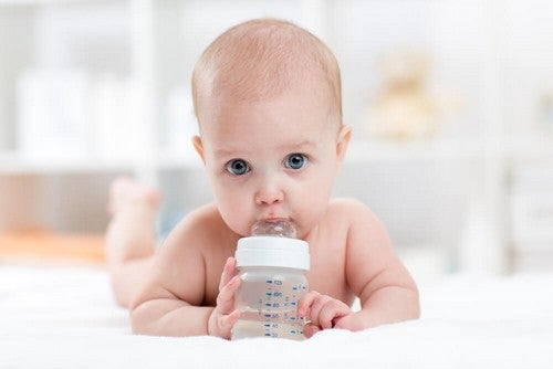 Neonato che beve acqua.