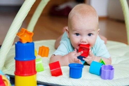 Intrattenere il neonato con il gioco