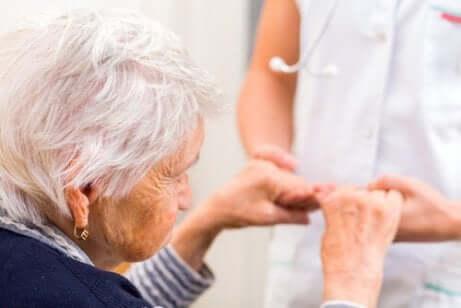 Operatrice e donna affetta da demenza.