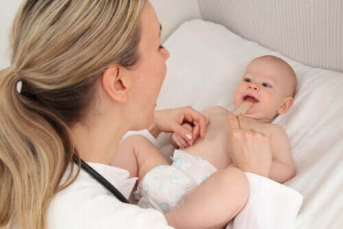 Frenulo corto nel neonato: sintomi e trattamento