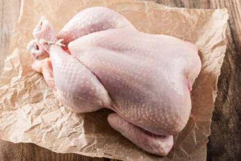 Pollo crudo su un foglio di carta.