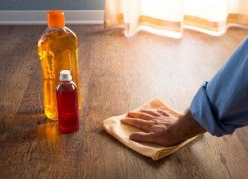 Lucidare i pavimenti in legno.