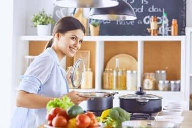 Intossicazione alimentare: donna che cucina.