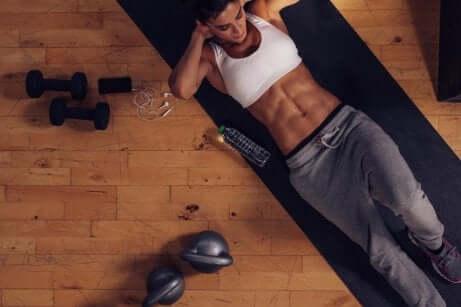 Ragazza che esercita la muscolatura addominale.
