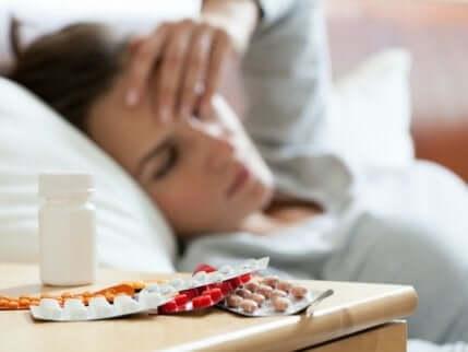 Ragazza stanca con antidepressivi.