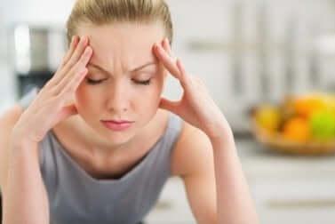Dolore e tensione muscolare causati dallo stress in una ragazza.