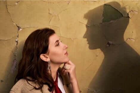 Donna e ombra di un uomo.