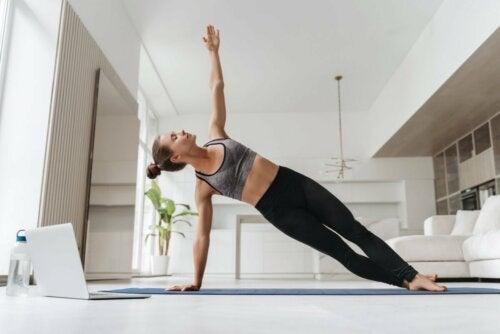 Ragazza che fa esercizio per mantenere la schiena sana.
