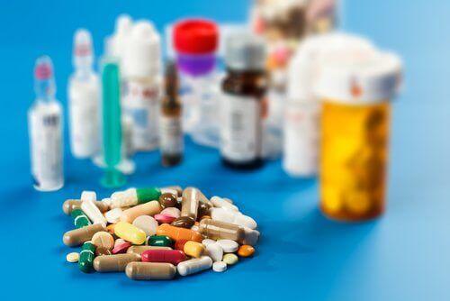 Diversi farmaci sul bancone.