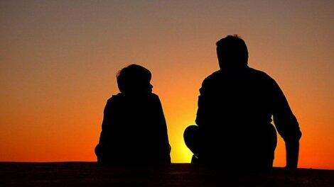 Padre e figlio al tramonto.