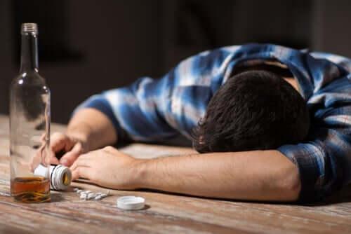 Uomo affetto da alcolismo.