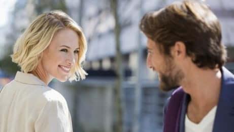 Uomo e donna che si sorridono.