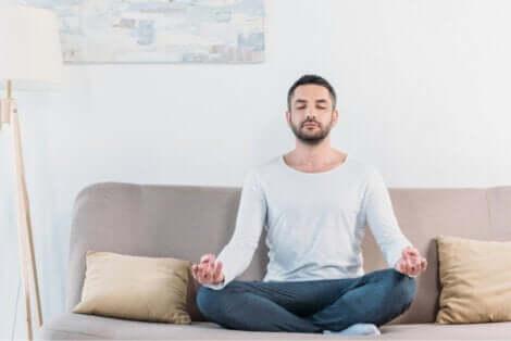 Consigli per meditare: uomo che medita.