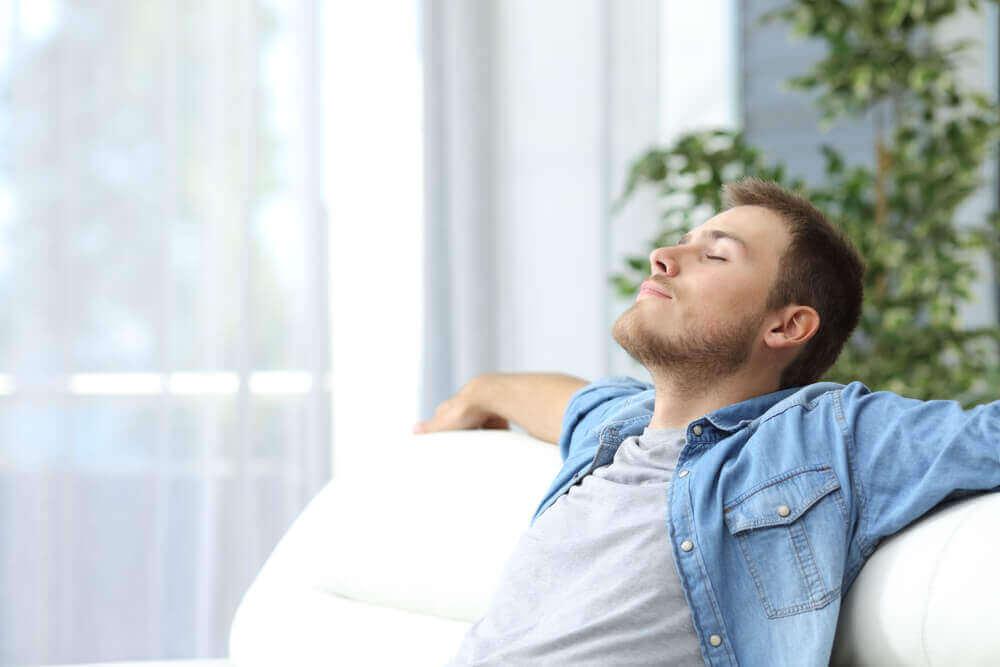 Uomo rilassato.