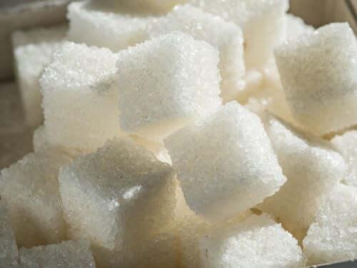 Zollette di zucchero raffinato.