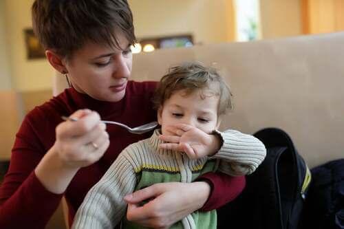Bambino in braccio alla madre.