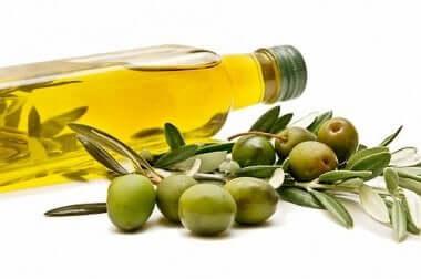 Bottiglia di olio d'oliva e olive.
