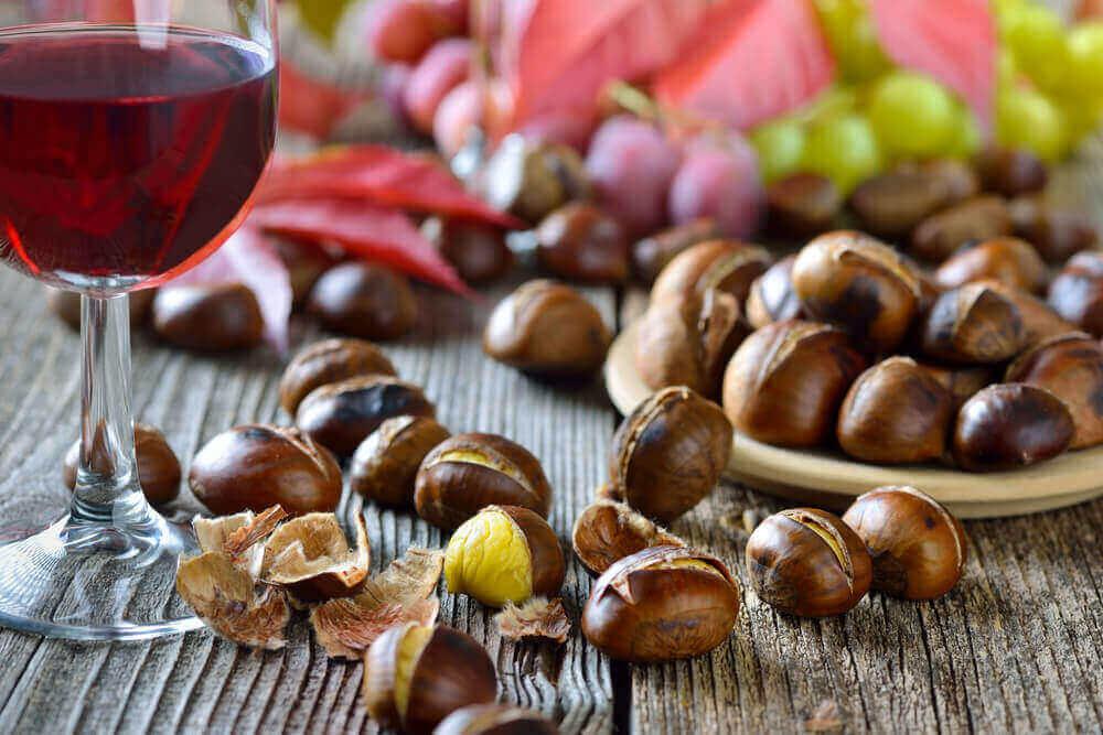 Tavola con castagne e vino rosso.