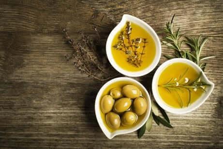 Ciotole con oli di oliva vergini e olive.