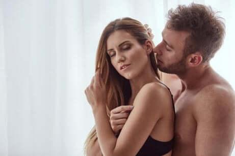 Sesso senza penetrazione: coppia che fa sesso.