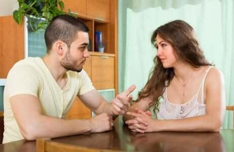 Ascolto attivo e coppia che parla.