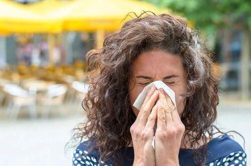 Donna con allergia al polline.