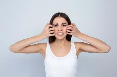 Ragazza con irritazione alla pelle causata dai cosmetici.