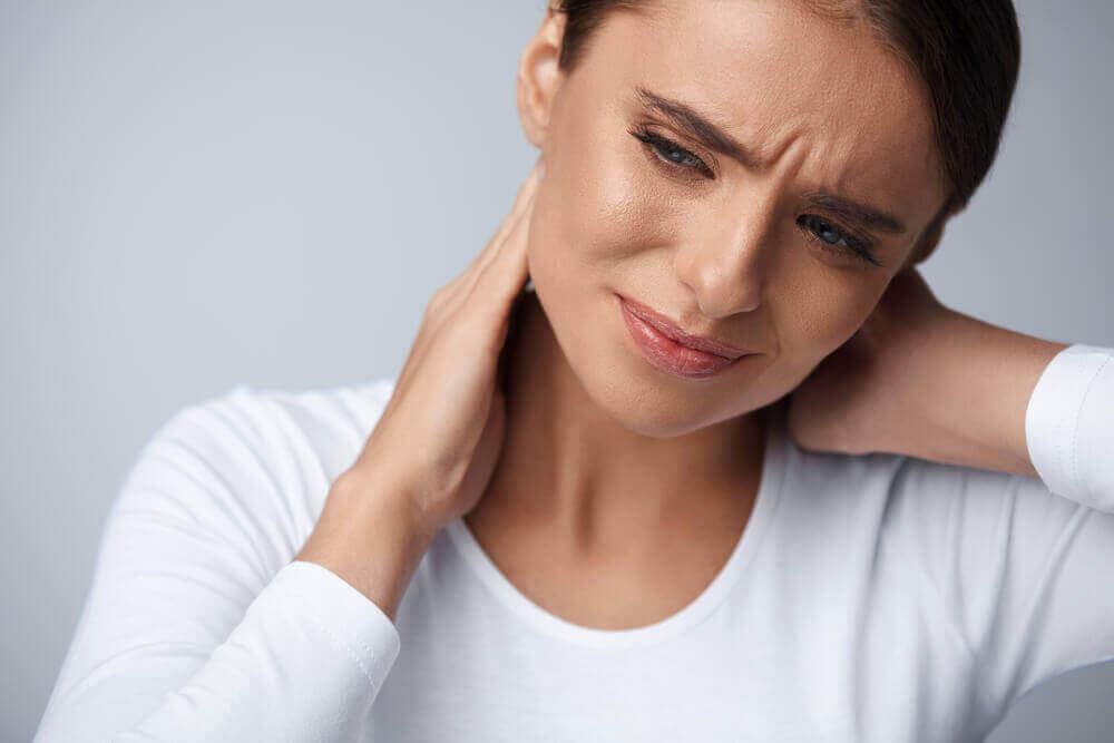 Donna con dolore collo.
