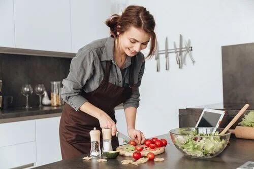 Donna in cucina a favore di alimentazione sana e sport.