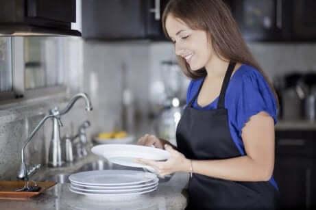Donna che lava piatti.