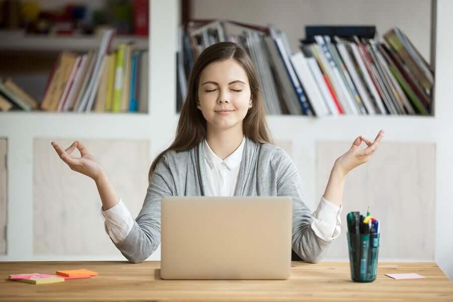 Donna meditazione lavoro computer.