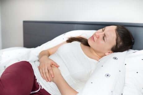 Donna sofferente a causa della pancia gonfia.