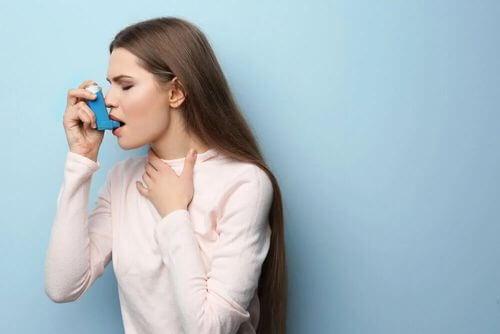 Donna che usa un inalatore per l'asma.