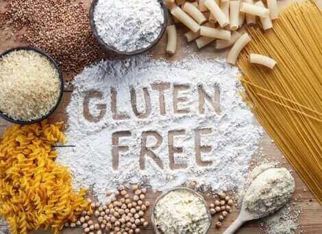 Cibi farinacei e scritta gluten free nella farina.