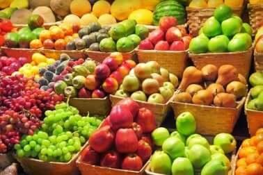 Banco di frutta e verdura colorate.