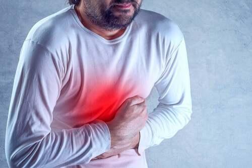 Uomo che soffre di gastroenterite.