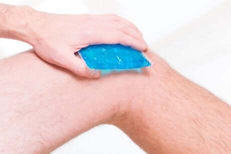 Impacco di ghiaccio sul ginocchio.