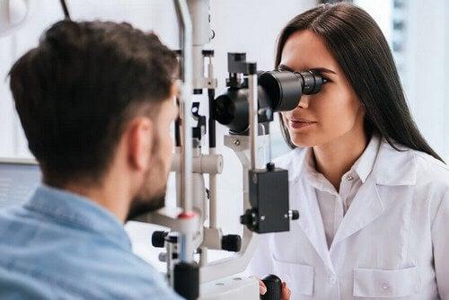 Visita per controllare diabete e vista.
