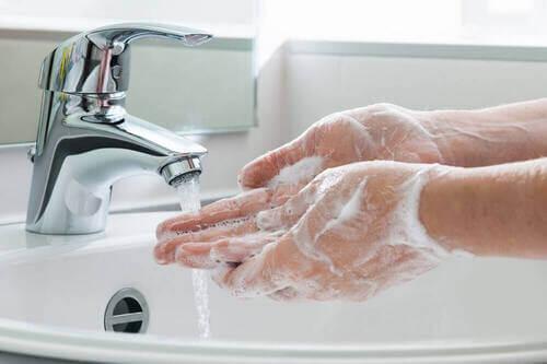 Lavarsi le mani con il sapone.