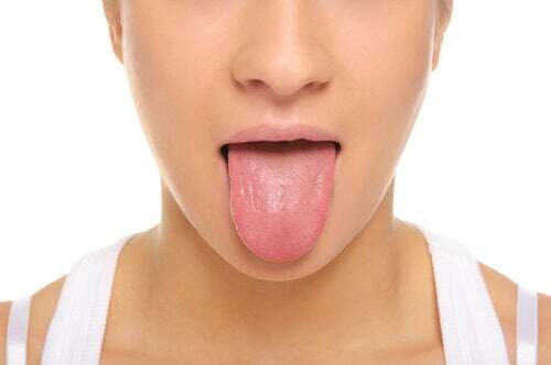 Donna che tira fuori la lingua.