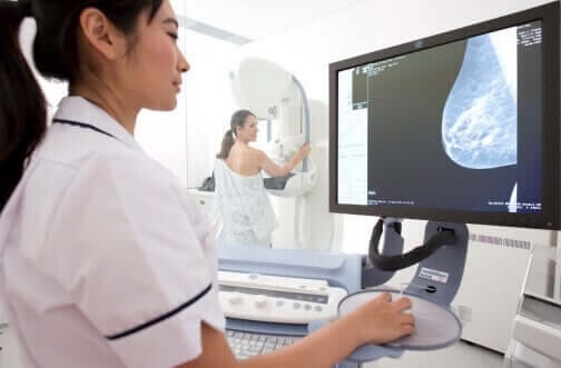 Donna che si sottopone alla mammografia.