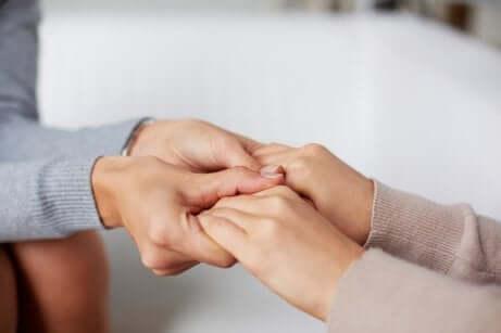Mani che si stringono.