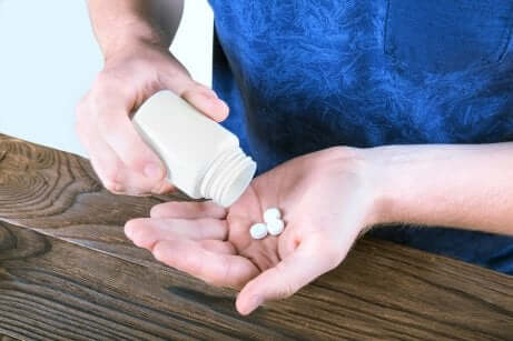 Mano con pillole.