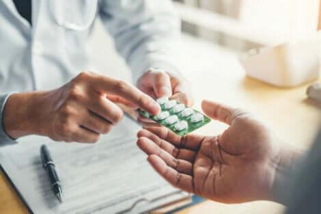 Medico che dà delle pillole.