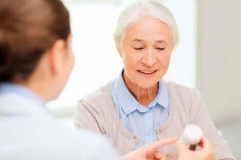 Medico spiega posologia azatioprina paziente anziana.