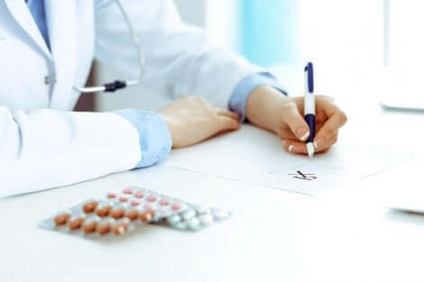 Medico che prescrive i farmaci.