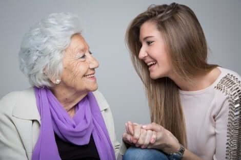 Nipote accompagna sua nonna nella vecchiaia.