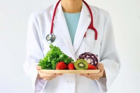 Nutrizionista consiglia di mangiare frutta e verdura.